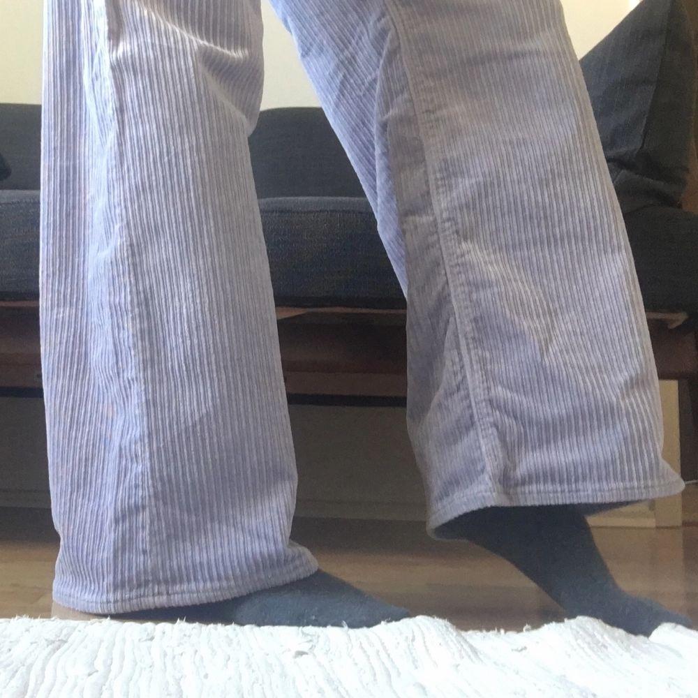 Widelegged manchesterbyxor från Weekday i lavendelfärg. Strl 36 (xs/s). Bra skick. Priset kan sänkas vid snabb affär :). Jeans & Byxor.