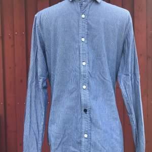 Fräsch skjorta från Pull & Bear i nyskick. Knappt använd. Blå o vit randig. 🤩 Köparen står för frakten.