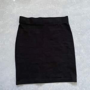 Vanlig svart pennkjol i storlek medium, från Gina. Ganska tjockt tyg så den är inte genomskinlig💞 de vita prickarna är damm och inte fläckar!! Aldrig använd men lappen är tyvärr borta. Skriv privat för fler bilder💖💖  40kr+frakt💚