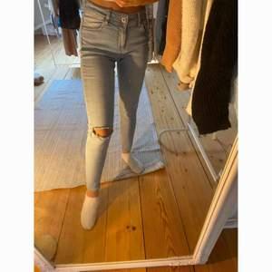 Ljusblåa jeans från Zara 🌻  -köparen står för frakt-
