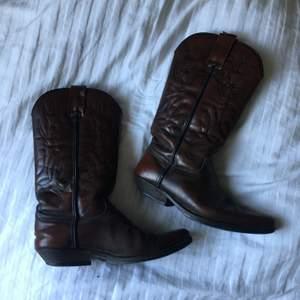 Bruna cowboy-boots! Går att putsa upp, inte använda på länge! Fraktar inte!🤠🤠🤠