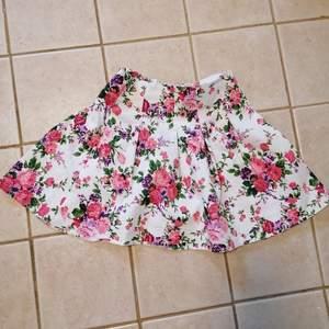 Verkligen en jättesöt kjol! Säljes endast då den är för liten för mig. Dragkedja bak. Bra skick, använd några gånger. Hund och katt finns i hemmet. 80kr + frakt