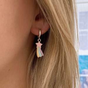 Så fina stjärnörhängen för 90kr/par 🌟💫 Passar till allt och speciellt med andra smycken! Frakten är inkluderad ⚡️