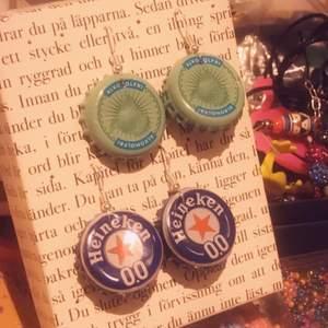 Säljer mina handgjorda as balla & unik kapsyl örhängen. 1 par med brista motiv & 1 par med heineken öl motiv:) 81kr/st inkl frakt