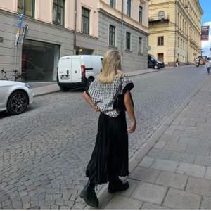 Långkjol som är super fin men kommer aldrig till användning, super stretchig så passar ALLA💜 (Lånade bilder från @alexandramelins på ig)