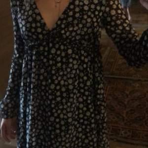 Fin klänning som passar till både höst och sommar. Slutsåld på hemsidan💗