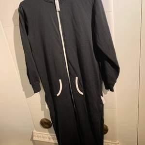 Mysig jumpsuit att gå runt i hemma, 100 kr med inkluderad frakt.