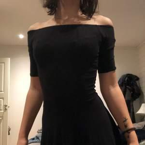Svart klänning i skönt material.