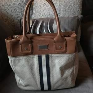 Liten handväska, har ingen axelräms på sig!