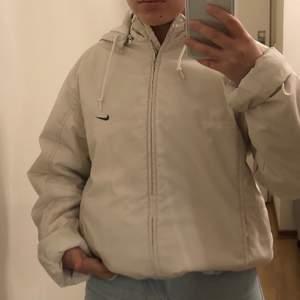 Nike jacka som jag använder på våren och hösten. Värmer rätt så bra. Står ingen strl men passar XS-L beroende på hur man vill att den ska sitta. Frakt är 62kr ❤️ buda i kommentarerna