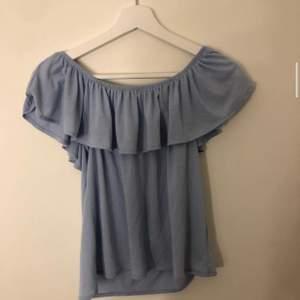 Super söt liten blus/ tröja från h&m! Den är ljus blå och använd ett fåtal gånger. Inga skador och i bra skick!
