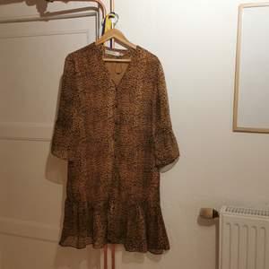 En super fin klänning. Bara används några gånger. Inga slitnagar eller något annat.