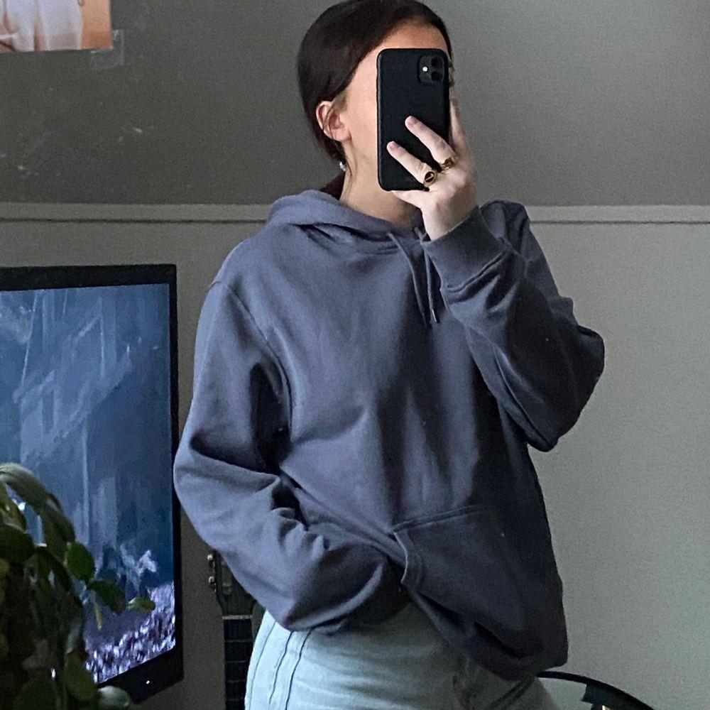 Hoodie från Weekday🥰 Perfekt oversized fit på mig som normalt är S/M💕 FRAKT INGÅR I PRISET🌿. Tröjor & Koftor.