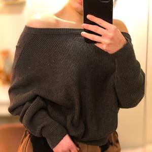 Mörkgrå ribbad tjocktröja från Zara, storlek S/M. Kan användas som of shoulder och vanligt. Jättefin form och väldigt gosig. Säljer då jag inte använder den