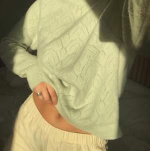 Den mjukaste tröjan jag haft på mig och hur söt som helst! Den är också en perfekt längd, inte för lång men ändå inte en croppad. Nypris 500kr