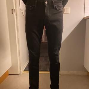 Svarta regular jeans från Jack & Jones, Size: 29/32. Innerbenslängden 72cm. Endast använda ett par gånger. Säljer billigt då vill bli sv med dem. Nypris: 800kr. Mitt pris 150kr