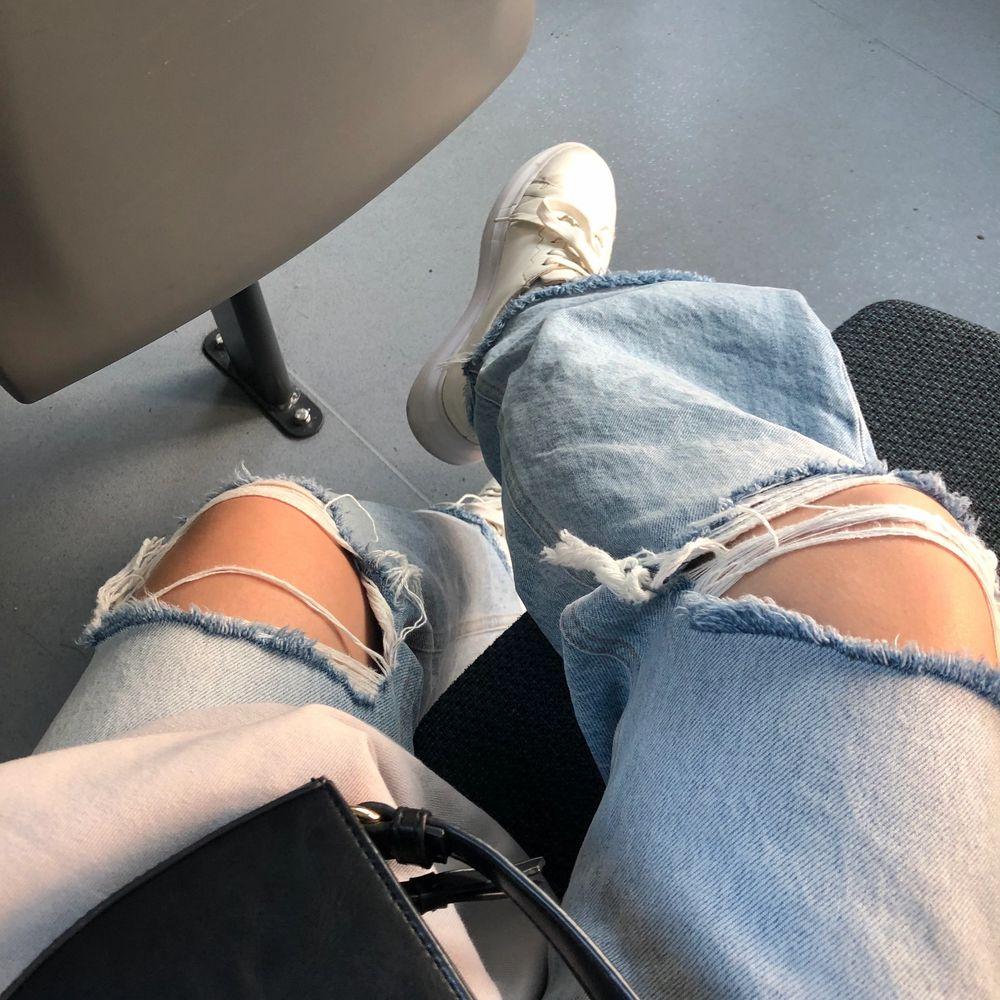 Populära jeans med hål från zara, inte använda ofta. Stl 34. Jeans & Byxor.