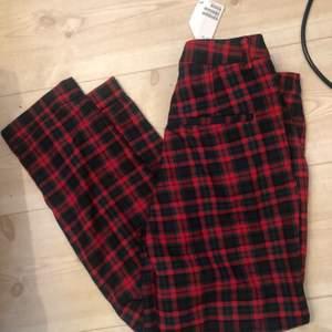 Oanvända rutiga byxor från H&M.