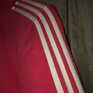 Rosa Adidas tröja, andvänt ett par gånger så gott som ny! Köpte för 1000 kr säljer för halva priset!!! Storlek S