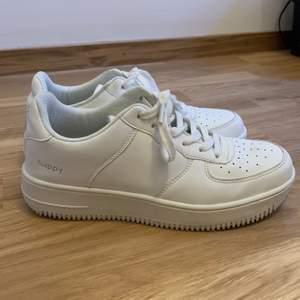 Vita Nike airforce lookalike skor. Knappt använda. Köpta för 700kr. Fri frakt 🥰 Rengörs även mer innan frakt. Pris går att diskuteras vid snabb affär