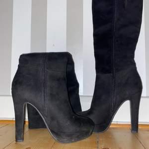 Perfekta skor för att gå på en fest, kanske är det lite kallt? Ingenfara. Här har du snygga knähöga klackar som passar till vilken outfit. Använt ett par gånger. Skorna är är lite för höga för mig.
