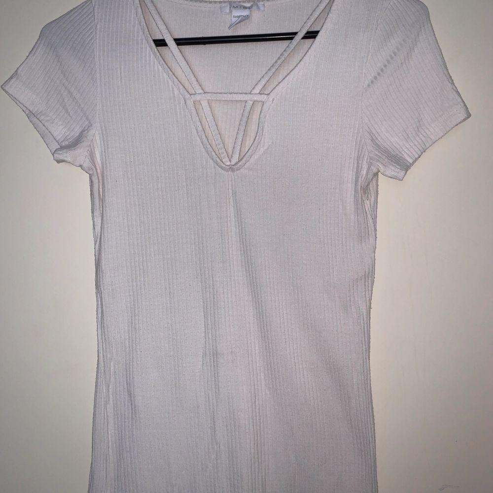 Vit tröja. Hämtas upp eller fraktas. Köparen står för frakt. Frakten ligger på ca 40kr. Skicka privat för bättre bild.. T-shirts.