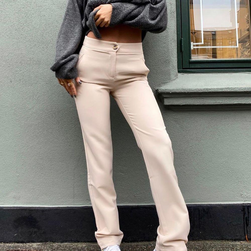 Jättefina kostymbyxor från det nya danska märket Venderbys, använda Max 2ggr. (Inte mina bilder) frakt tillkommer 💕 Storlek L men passar bra på mig som vanligtvis är en M. Jeans & Byxor.