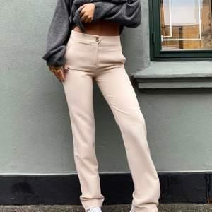 Jättefina kostymbyxor från det nya danska märket Venderbys, använda Max 2ggr. (Inte mina bilder) frakt tillkommer 💕 Storlek L men passar bra på mig som vanligtvis är en M