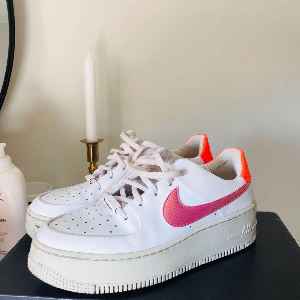 Skitsnygga Nike Air Force 1 med rosa Nike-logga och neonorange del där bak. Köptes i början på sommaren men använder tyvärr för sällan.  Storlek: 38,5 Nypris: 1199 kr. Buda i kommentarerna ✨. Skor.
