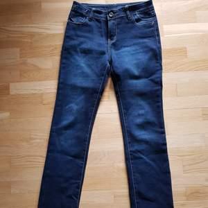 Så mjuka och lena jeans. Som nya då de bara är testade!  39 cm tvärs över. Raka i benen.