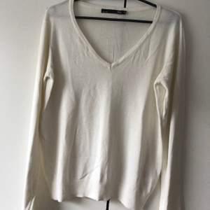 """Säljer en ny """" smutsig """" vit tröja, aldrig använd. Tröjan är i storlek M men passar S. Köparen står för frakt. 🦋"""