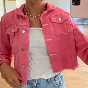 Säljer denna coola, croppade, rosa jeansjacka med lite slitningar från boohoo. Den är oanvänd och slutsåld på hemsidan. Köpte den för 249kr men säljer den för 80kr+frakt(79kr) Om fler är intresserade blir det budgivning. Skriv privat för frågor⚡️💕💕