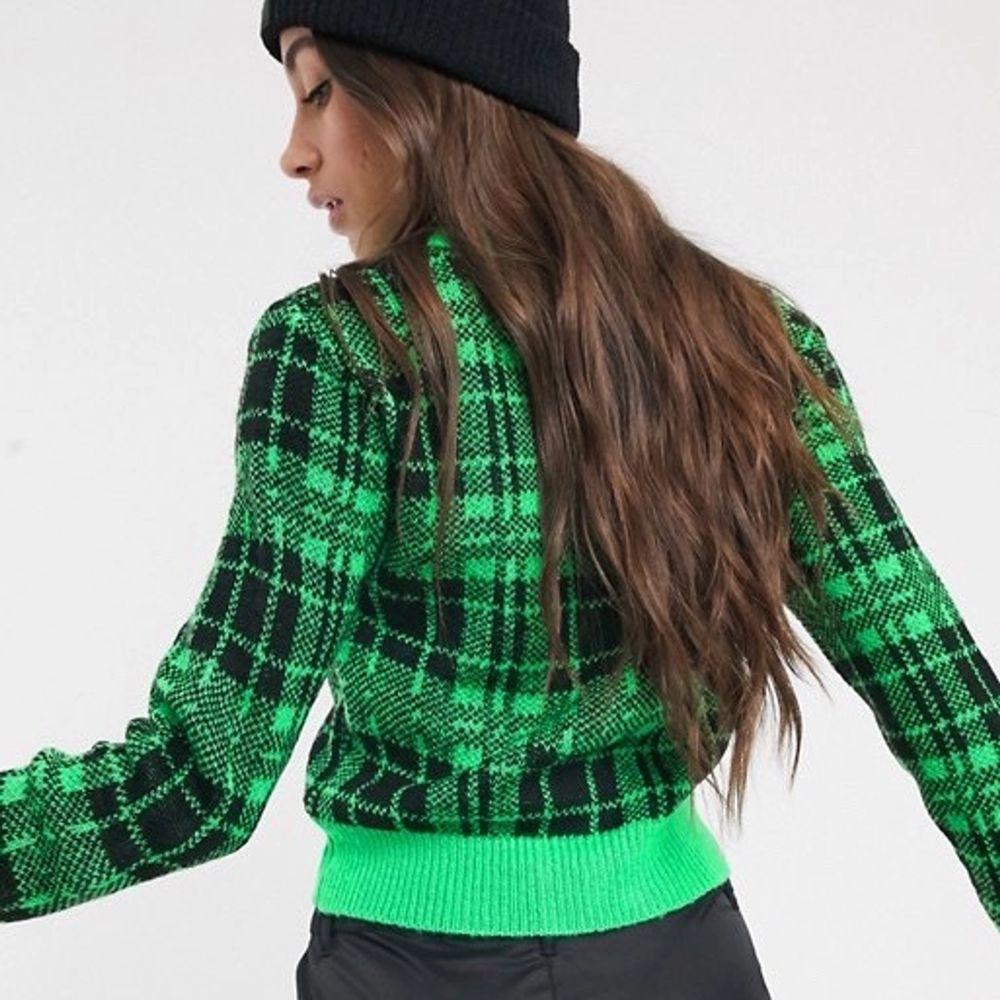 Säljer denna så snygga gröna stickade tröja ifrån Collusion!🥰Använd fåtal gånger, säljer då den aldrig kommer till användning. Köparen står för frakt!🙏🏼. Stickat.