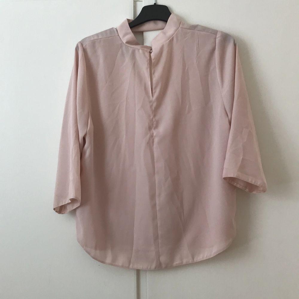 Beige/ljusrosa blus som passar perfekt både till fest och till vardags! Stl 40, liten i storleken och är mer som en liten 38. 60 kr + frakt. . Blusar.