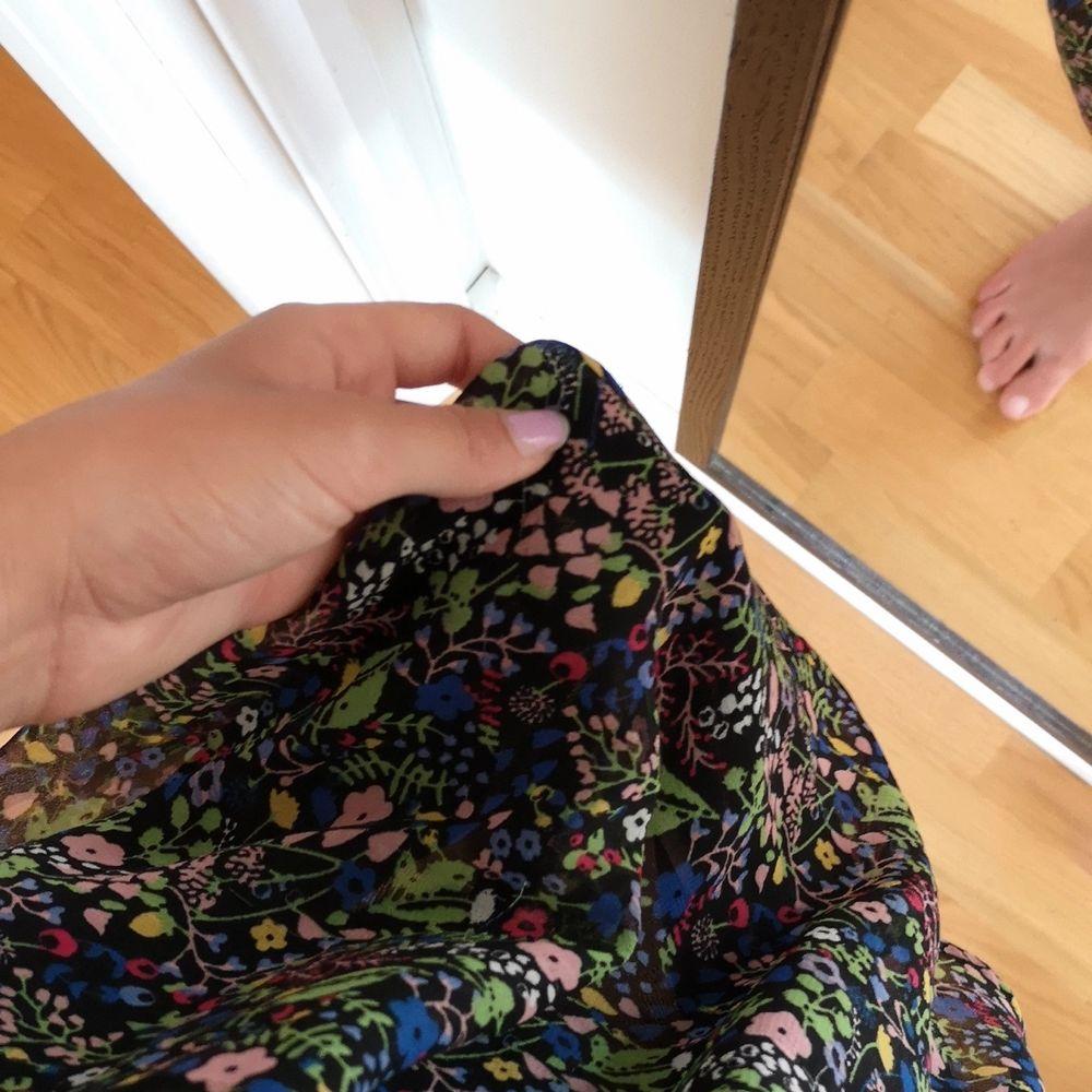 Vintage klänning i storlek 36. Super härligt material i ett sött blommigt mönster. En riktig sommarklänning. . Klänningar.