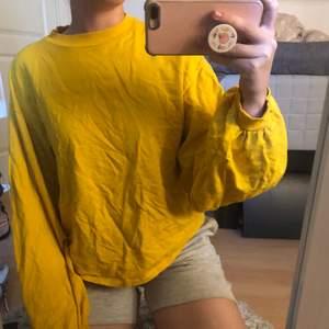 En gul tröja från Nelly trend. Tröjan har ballongärmar och är i fint skick. Storlek xs. Frakt tillkommer. Skicka meddelande för mer bilder