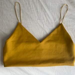 Gul croppad topp med spagettiband från Zara. Storlek S. PRIS: 60kr. Kan både mötas upp och frakta den (köparen står för frakten)