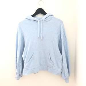 """En ljusblå hoodie från & Other Stories i storlek 34. Den är endast använd en gång så den är i nyskick. Svårt att visa men ärmarna är lite """"puff-ärmar"""". Nypris 800 kr. Pris går att diskutera vid snabb affär"""