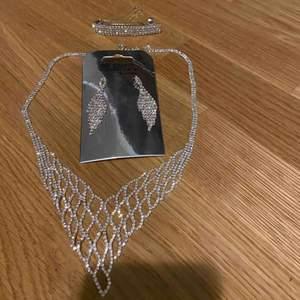 Halsband, örhängen och hår smycke som passar perfekt till bal eller fest. Aldrig använd eftersom den passade inte med väskan jag hade på balen. Nypris: med värde av 500-600kr