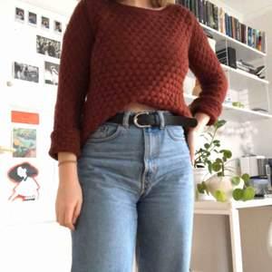 Mönsterstickad tröja i fint skick och mörkröd färg
