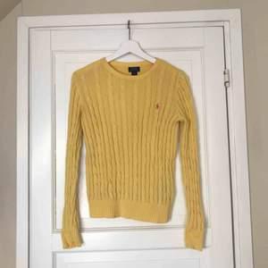 Gul kabelstickad tröja från Ralph Lauren i fint skick. Den är från barnavdelningen i storlek L men passar en S. Kan leverera gratis om du bor i Sollentuna, annars står köparen för frakten ⚡️⚡️⚡️