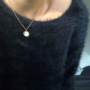 En svart fejkpäls tröja ifrån visual clothing project. Super mysigt o skön i materialet. Endast använd vid ett tillfälle. Svårt att visa bra på bild, men vid intresse kan jag skicka fler bilder om det önskas.
