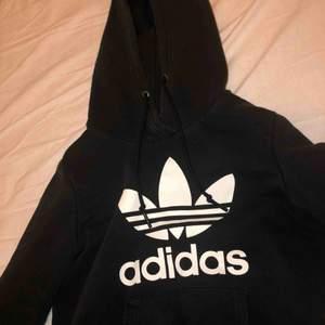 Säljer nu min älskade adidas hoodie. Använd men bra skick. Kontakta för frågor!!💕