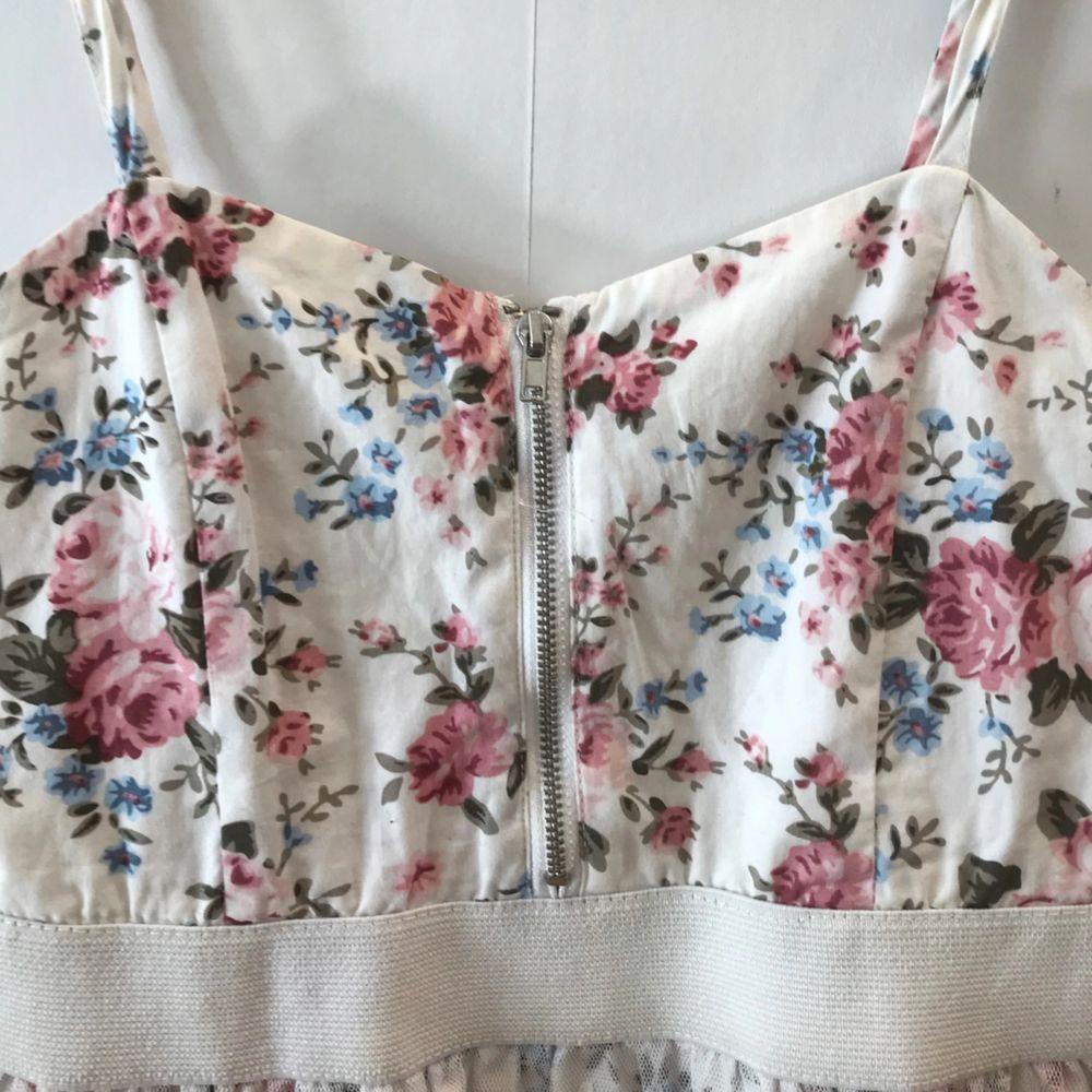 Fin vit klänning med fina blom detaljer som passar den nuvarande värmen!☀️ . Klänningar.