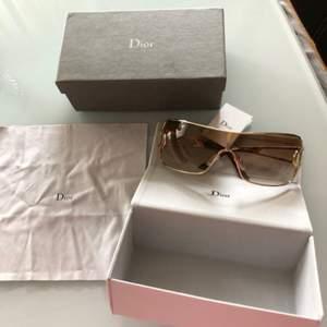 Helt nya solglasögon från märket Dior Kvitto finns kan också skickas med posten men köparen står för det 60+