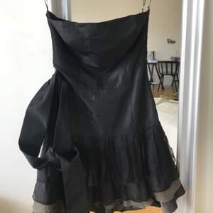 Tuff och elegant tubklänning från Zara med volang nedtill. Endast använd en gång pga den var för liten! Köpare står för frakt