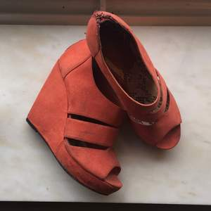 Orange platform heels from New Look. A little bit dirty and the heel area inside is a bit worn as can be seen in picture. Still good condition. Very comfortable fit.  Can pick-up in Stockholm or can send as a package with added delivery charge