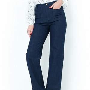 Snygga jeans med hög midja och vidare hem. Oanvända med lapparna kvar. superfina men fel storlek för mig tyvärr  nypris 499:-