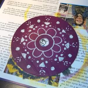 Handmålad cd skiva💜💜 Målad med akrylfärg och har ett glansigt lacköverdrag över💞
