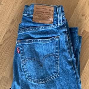 """Ett par väldigt populär jeans från Levis! Dom är i modellen """"ribcage straight"""" och är endast använda 2 gånger. Dom är inköpta för 1150kr och nu tänkte jag sälja dom för 600kr (kan prutas)"""